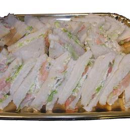 Bocadillo de pan de molde y salmón