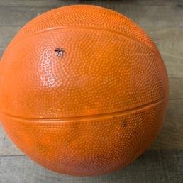 mona de paquea pelota de básquet de chocolate negro
