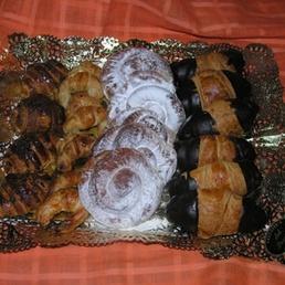 bandeja de bolleria mini cruasanes, de chocolate